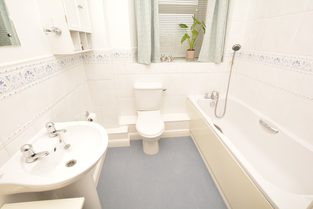 Spacious Top Floor Apartment for sale in Lodge Moor, Sheffield, S1