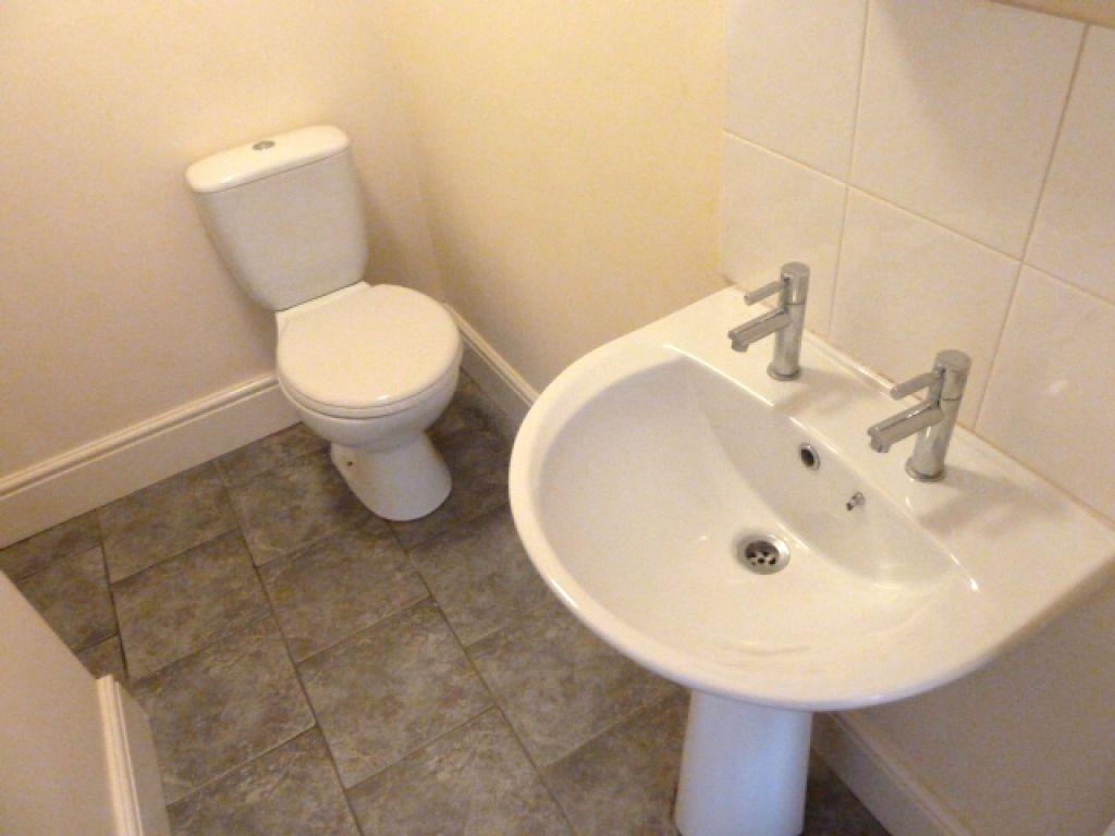 1 Bedroom Studio Flat To Rent - Image 4