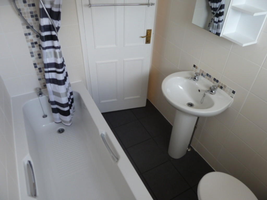 2 Bedroom Semi-detached House To Rent - Image 8