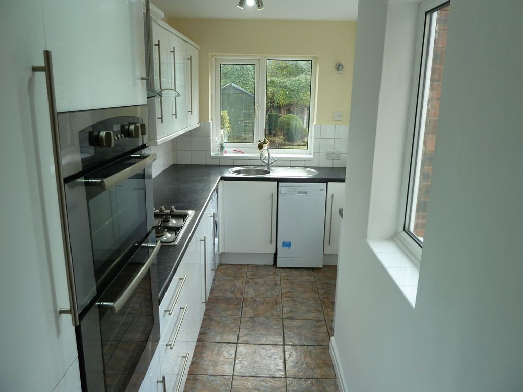 2 Bedroom Semi-detached House To Rent - Image 6
