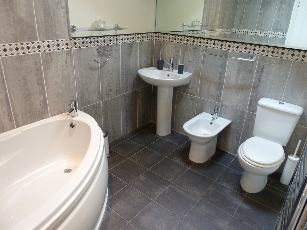 2 Bedroom Penthouse Flat To Rent - Image 8