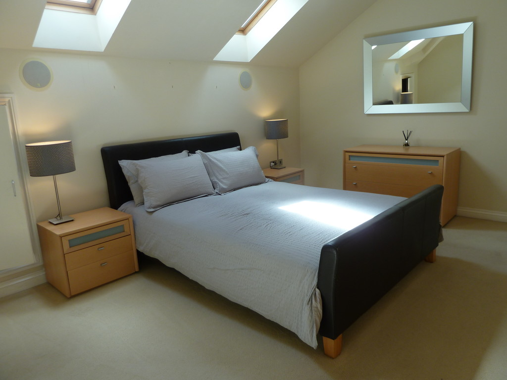 2 Bedroom Penthouse Flat To Rent - Image 5