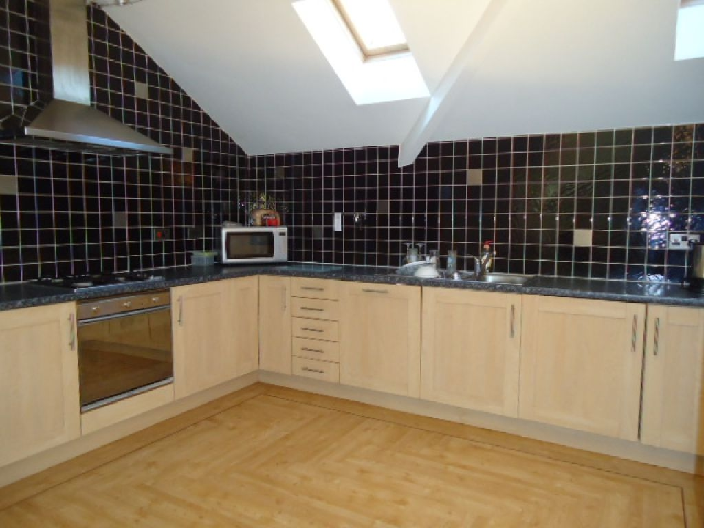 2 Bedroom Penthouse Flat To Rent - Image 4