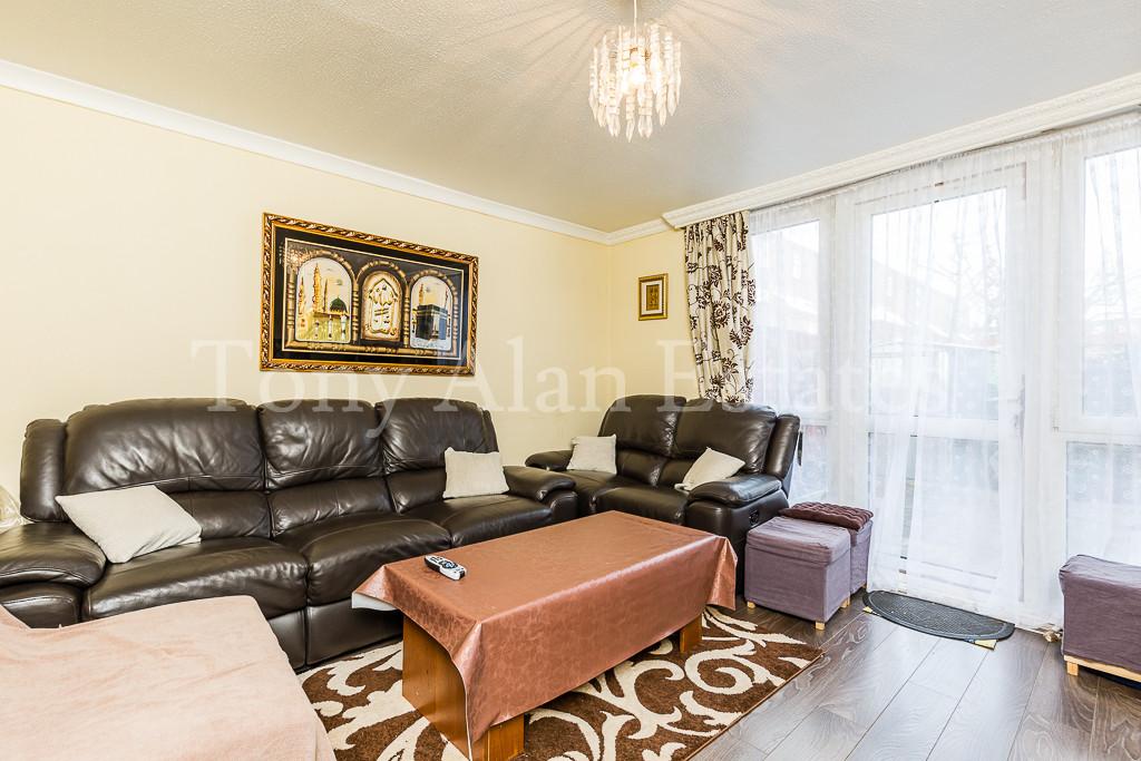 http://media2.jupix.co.uk/v3/clients/1757/properties/5830/IMG_5830_1_large.jpg