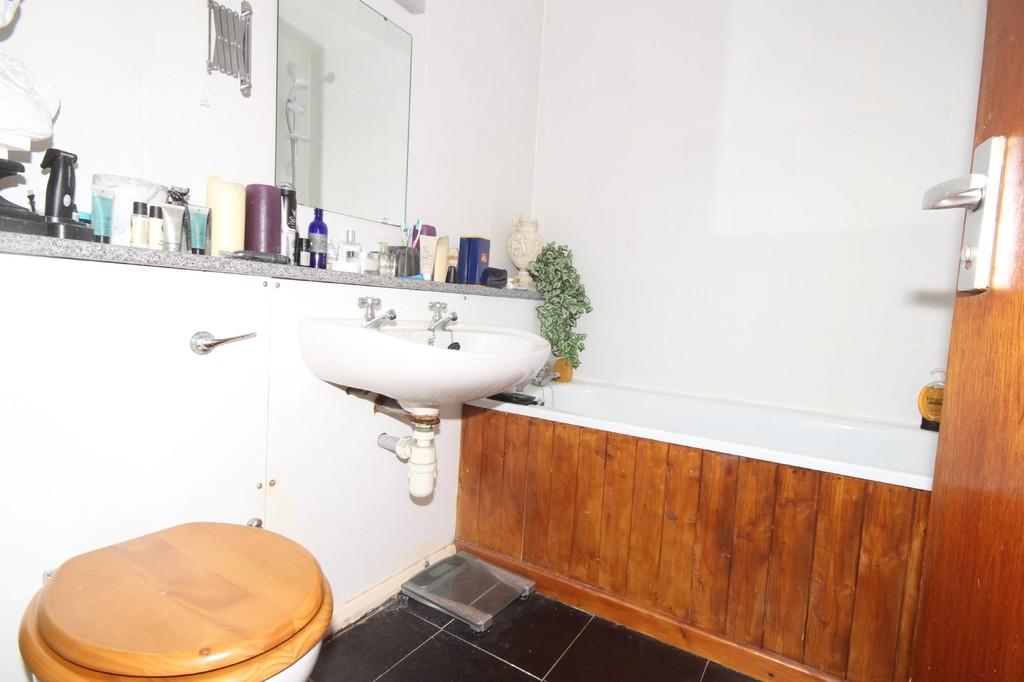 2 Bedroom Apartment Flat For Sale Greenside Court Image $key