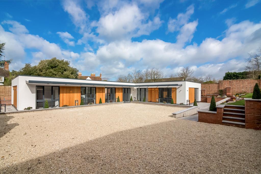 3 Bedroom Detached Bungalow, Kissing Tree Way, Alveston, Stratford upon Avon