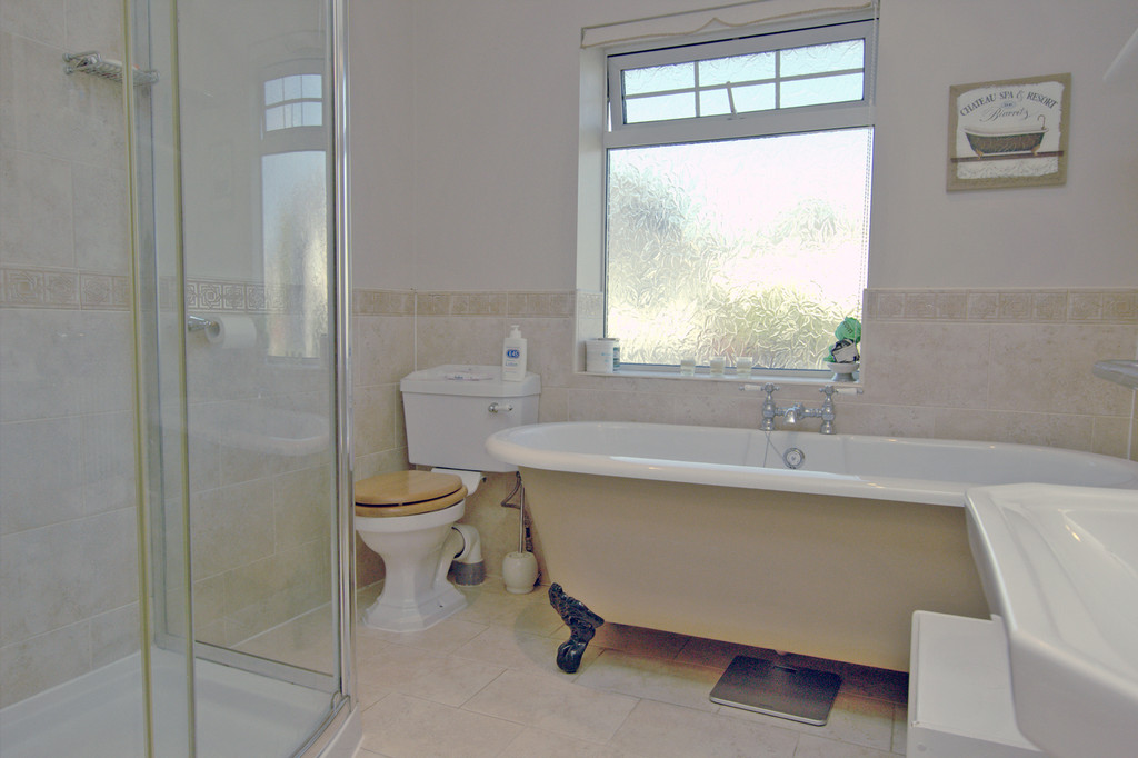 http://media2.jupix.co.uk/v3/clients/663/properties/10297/IMG_10297_12_large.jpg