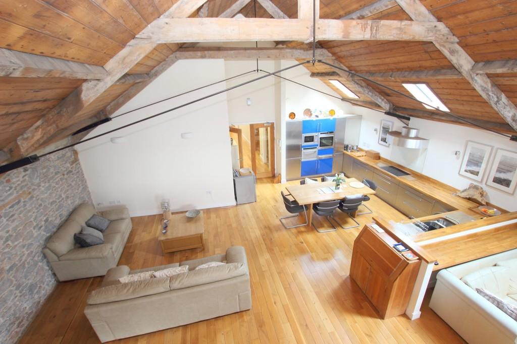 http://media2.jupix.co.uk/v3/clients/663/properties/16828/IMG_16828_13_large.jpg