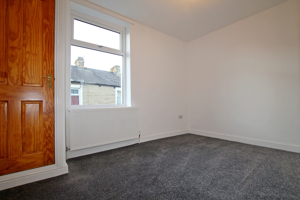 3 bedroom mid terraced house To Let in Burnley - photograph 8.