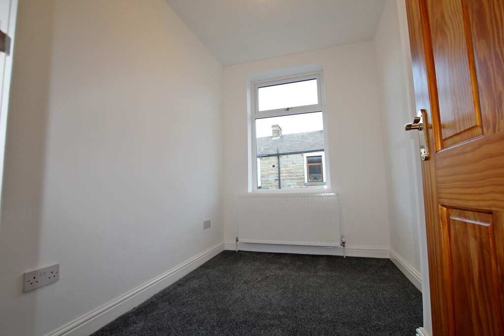 3 bedroom mid terraced house To Let in Burnley - photograph 9.