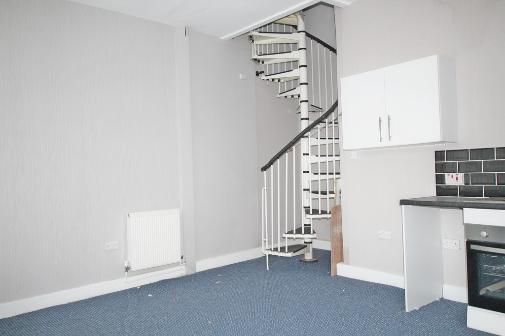 1 bedroom end terraced house To Let in Blackburn - photograph 3.