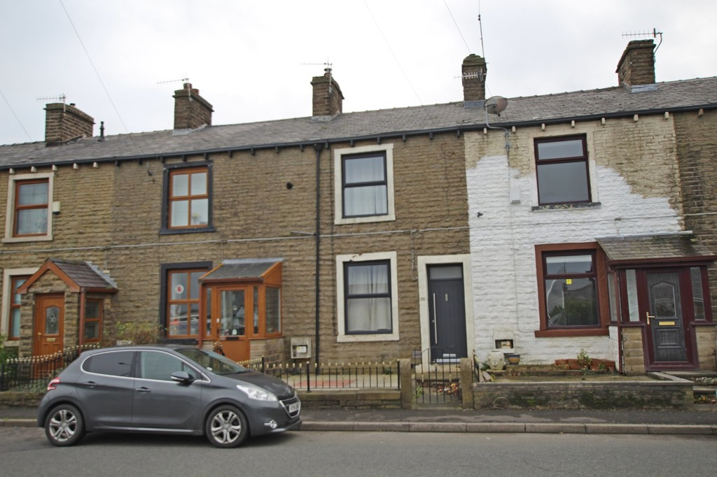 2 bedroom mid terraced house SSTC in Burnley - photograph 1.