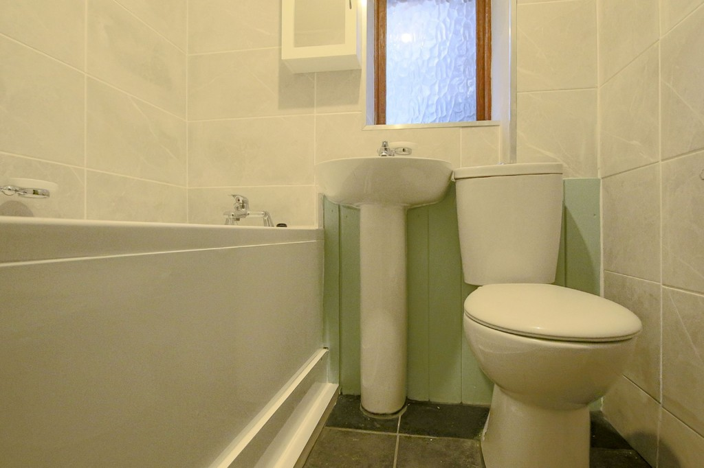 2 Bedroom Link Detached House To Rent - Image 8