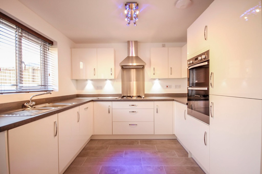 4 Bedroom Detached House To Rent - Image 1