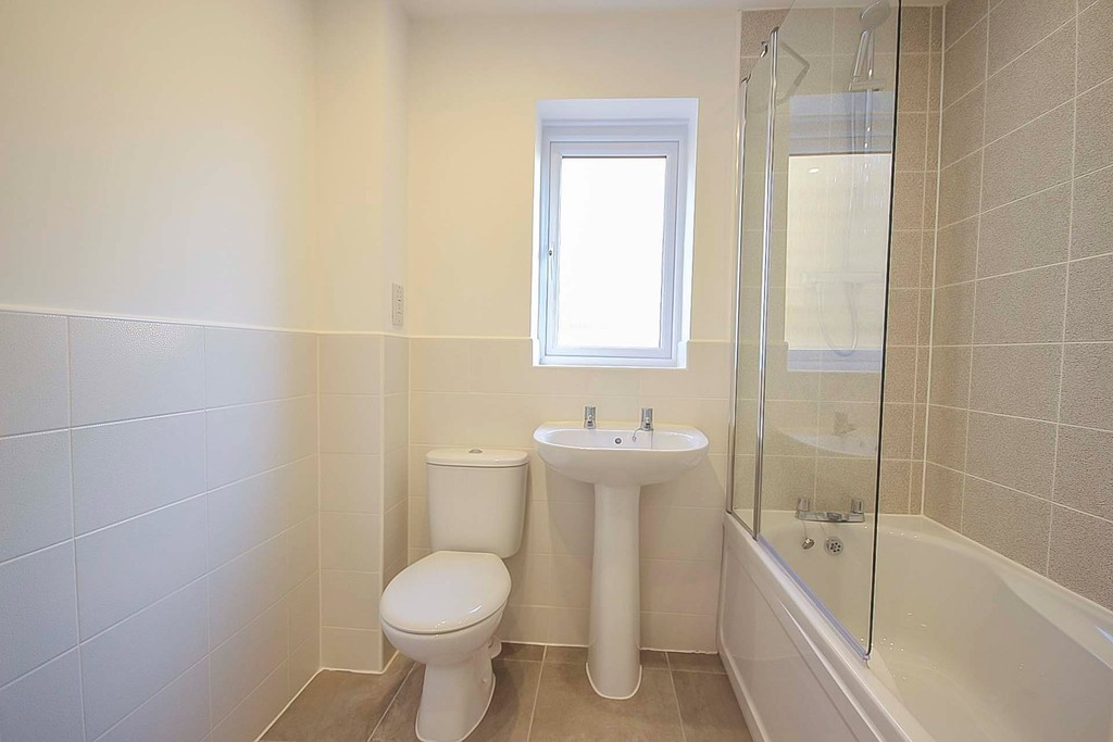 4 Bedroom Detached House To Rent - Image 11