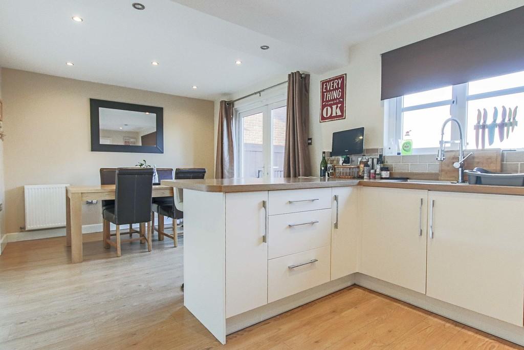 4 Bedroom Detached House To Rent - Image 4