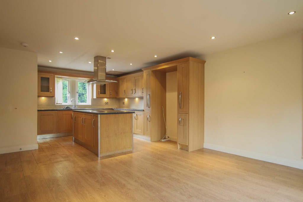 6 Bedroom Detached House To Rent - Image 3