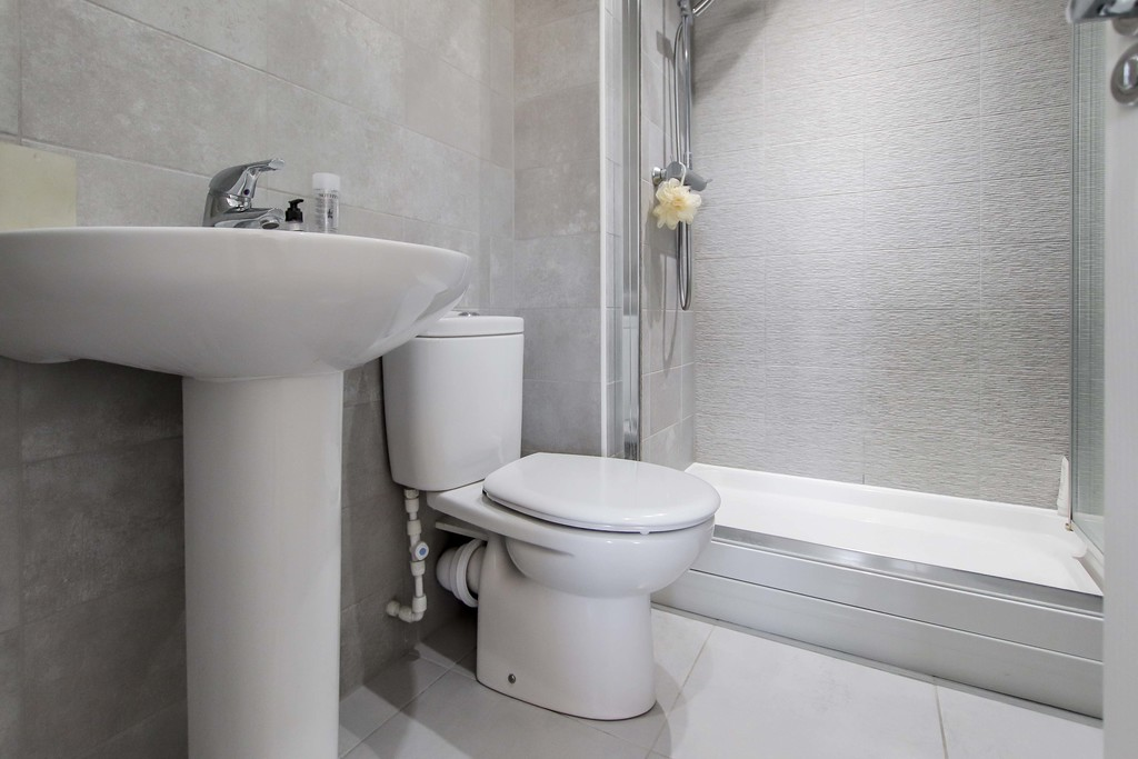 4 Bedroom End Terraced House To Rent - Image 12