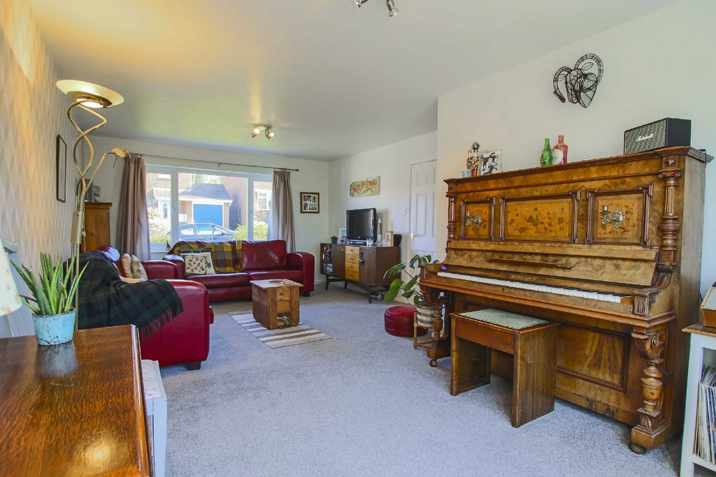 4 Bedroom Detached House To Rent - Image 5