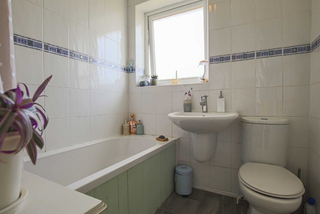 4 Bedroom Detached House To Rent - Image 10