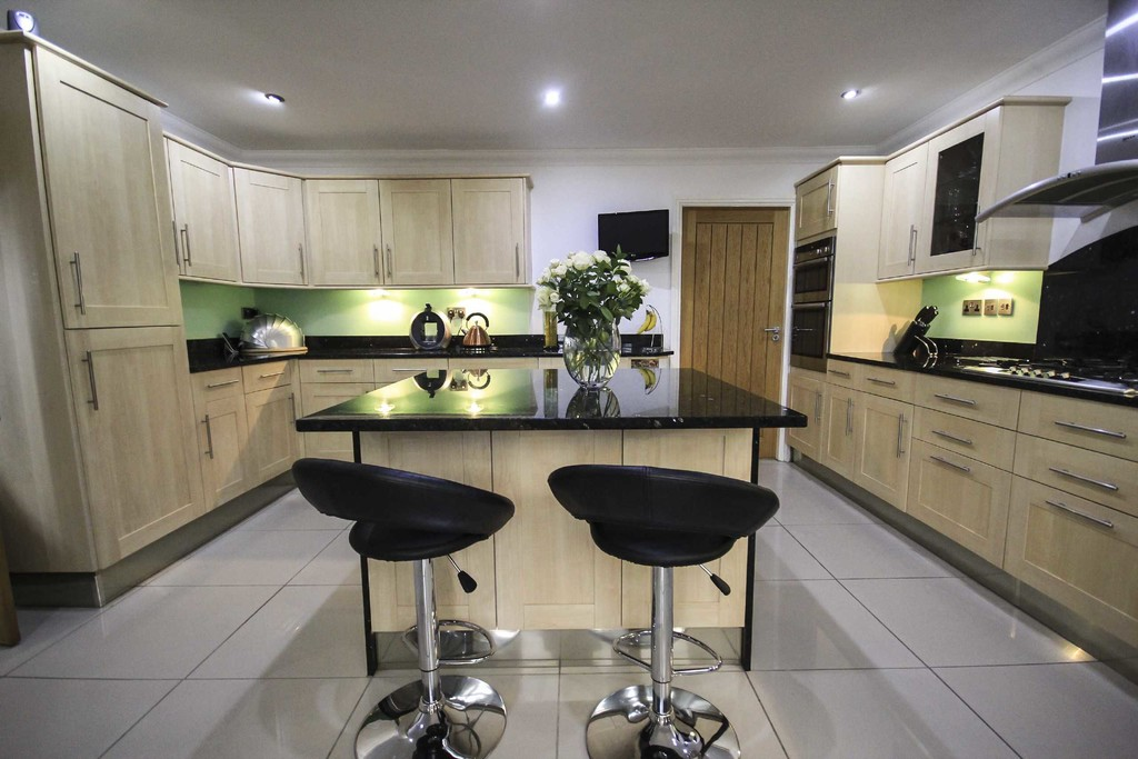 5 Bedroom Detached House To Rent - Image 10
