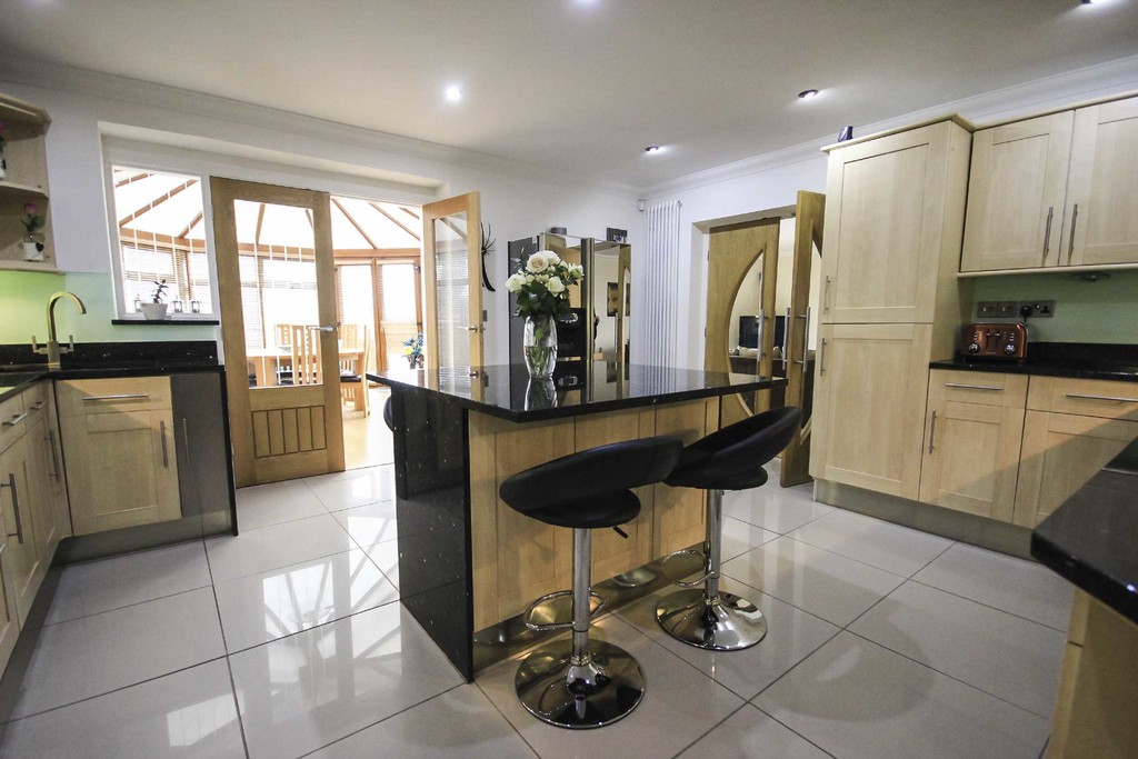 5 Bedroom Detached House To Rent - Image 1