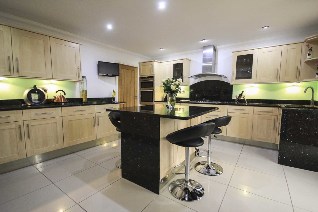 5 Bedroom Detached House To Rent - Image 4
