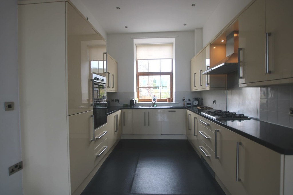 4 Bedroom Town House To Rent - Image 3
