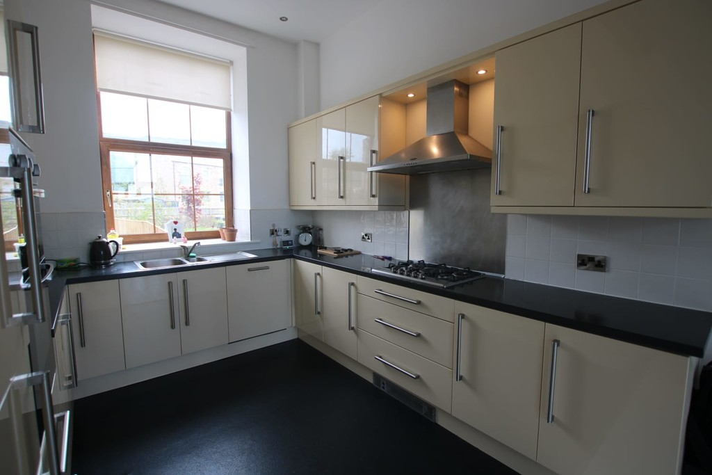 4 Bedroom Town House To Rent - Image 17