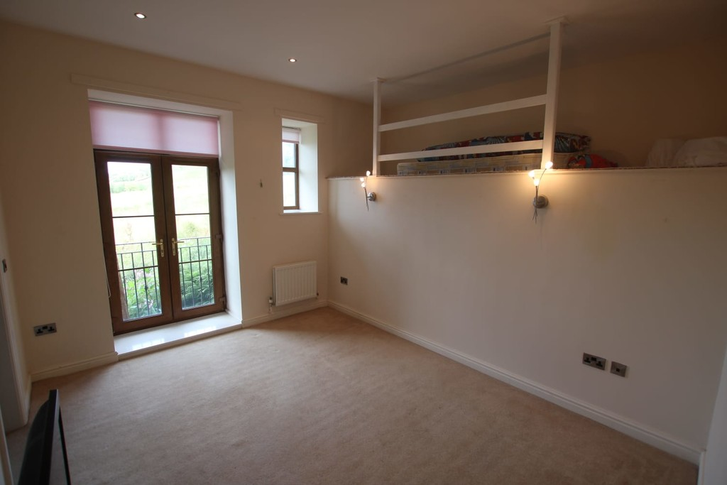 4 Bedroom Town House To Rent - Image 4