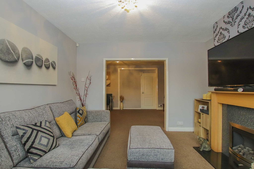 4 Bedroom Semi-detached House To Rent - Image 10