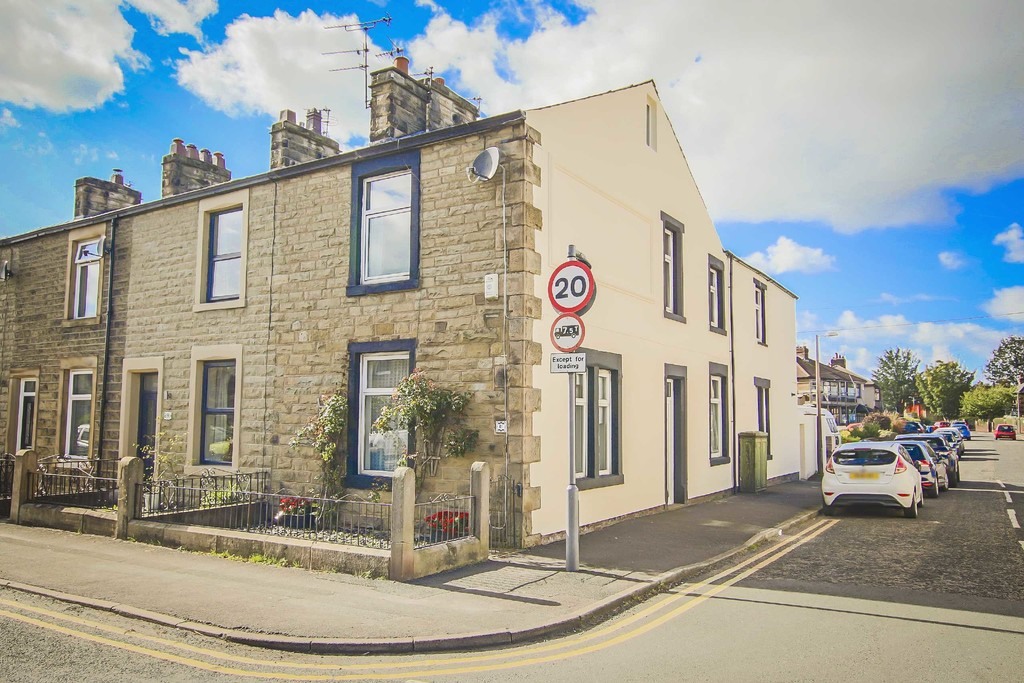 3 Bedroom End Terraced House To Rent - Image 2