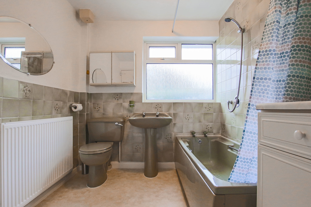 4 Bedroom Bungalow To Rent - Image 6