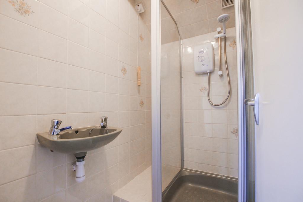 4 Bedroom Bungalow To Rent - Image 14