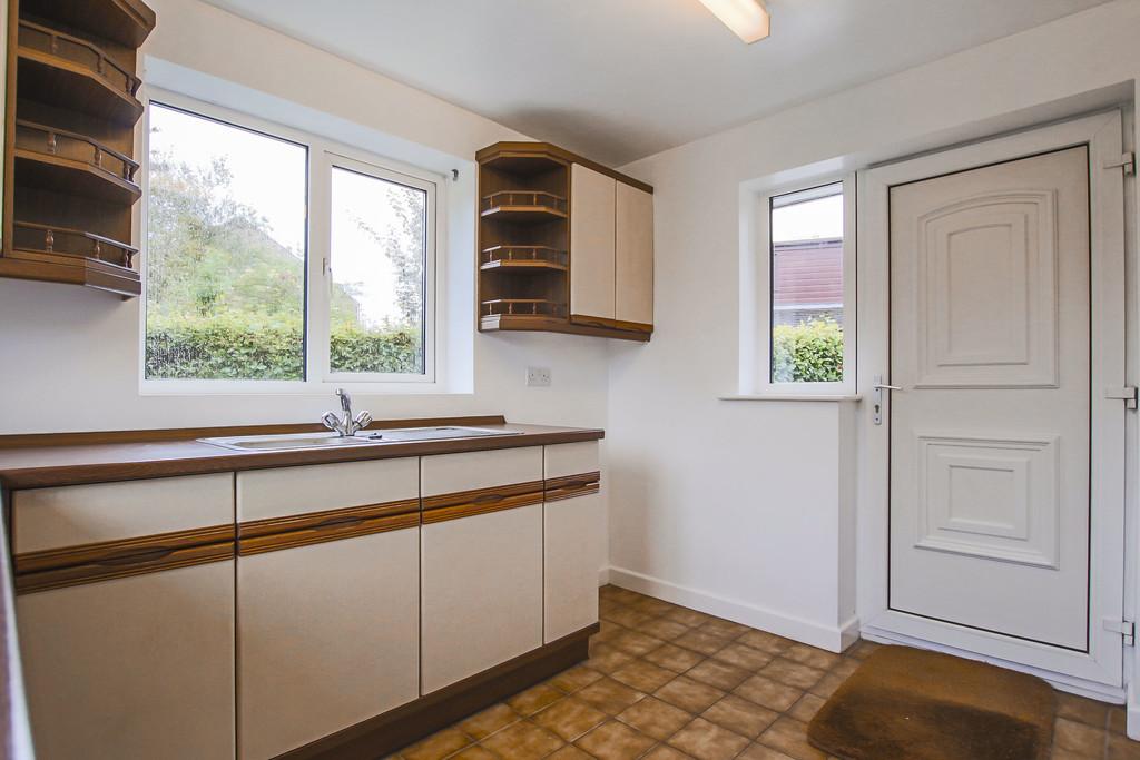 4 Bedroom Bungalow To Rent - Image 9