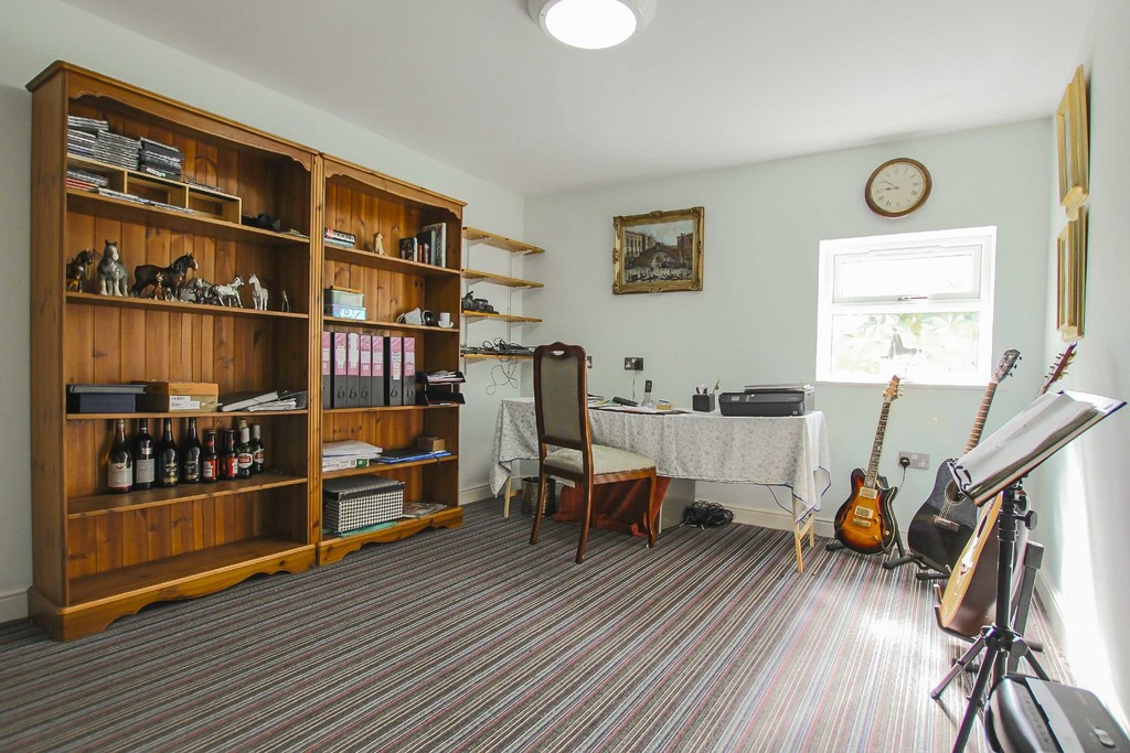 4 Bedroom Detached Bungalow Bungalow To Rent - Image 3