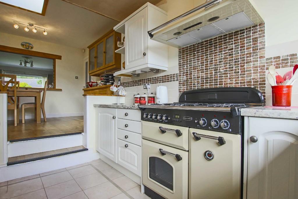 4 Bedroom Detached Bungalow Bungalow To Rent - Image 4