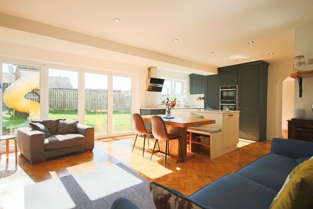 5 Bedroom Detached House To Rent - Image 2