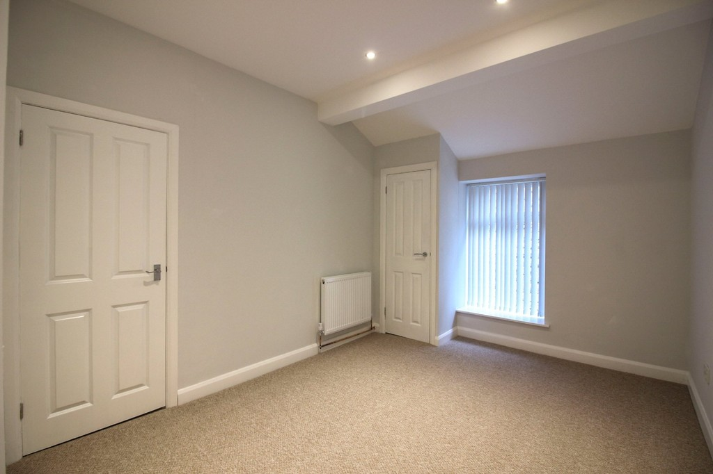 3 Bedroom Apartment Flat To Rent - Image 4