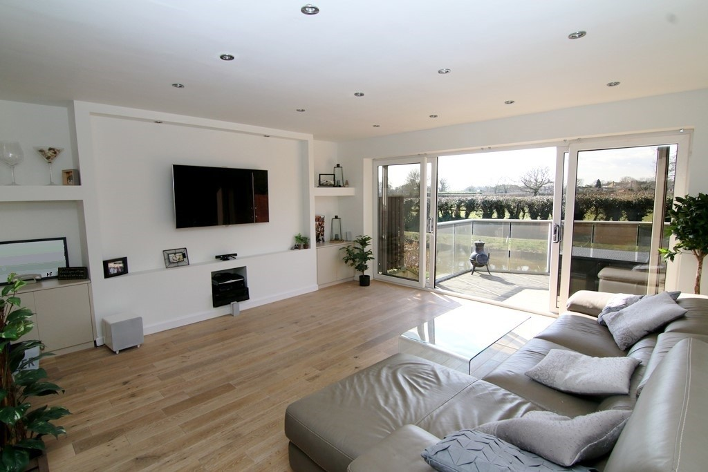 4 Bedroom Canalside Town House, Waverton