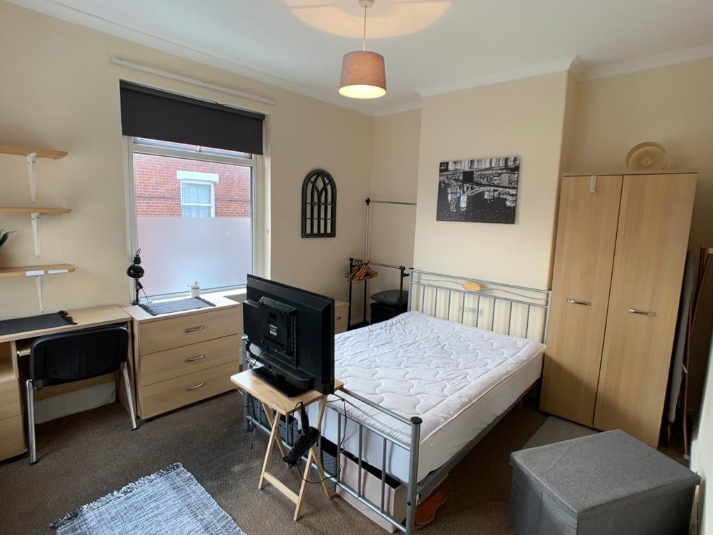 Student property on Burton Stone Lane, Clifton - image 03
