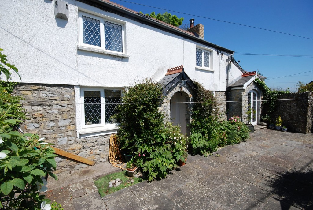 A Characterful 2 Bedroom Cottage In Excellent Order Located To The Heart Of